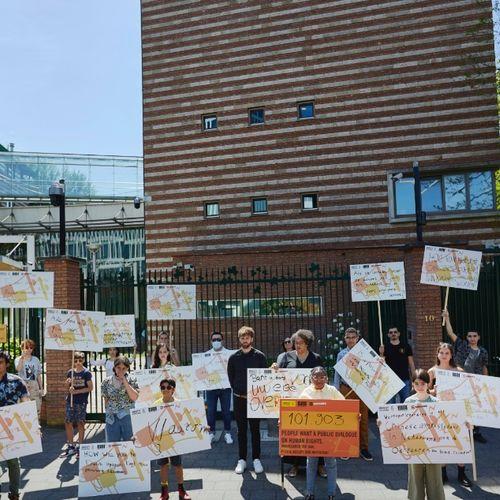 Afbeelding van Pak de Macht en Amnesty International leveren 101.903 handtekeningen aan de Chinese ambassade